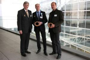 Prof. Peer haller (Mitte) in Begleitung seines Mitarbeiters  Dipl.-Ing. Jörg Wehsener (rechts) und des Dekans der Fakultät Bauingenieurwesen, Prof. Rainer Schach