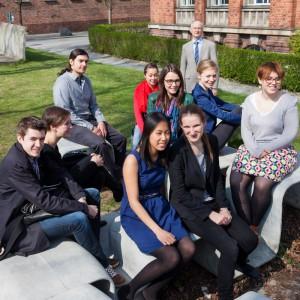 Einige der Studenten des Doppeldiploms mit Prof. Peer Haller auf der Wiese hinter dem Beyer-Bau. Bild: Ulrich van Stipriaan