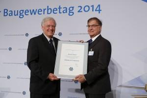 Prof. Scherer (rechts) erhielt die Konrad-Zuse-Medaille beim Baugewerbetag
