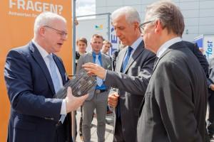 Am Stand von C3: Prof. Manfred Curbach erläutert Ministerpräsident Tillich und MR Hiepe die Vorzüge von Carbonbeton. Foto: Ulrich van Stipriaan