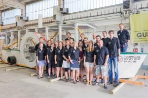Das Betonboot-Team - auch die Bastelkinder genannt – beim Probeaufbau . Foto: Ulrich van Stipriaan