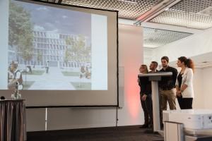 Die vier Deligierten des Siegerteams präsentieren ihre Entwürfe. (Foto: Ulrich van Stipriaan)