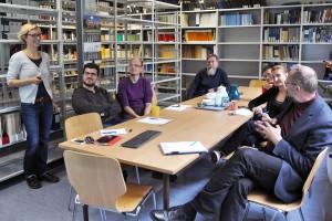 Workshop mit Prof. David Muir Wood (am Tisch hinten links) am Institut für Geotechnik. [Foto: Silvio Gesellmann]