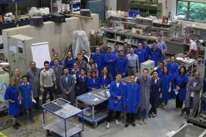 Summerschool-Teilnehmerinnen und Teilnehmer im Labor.