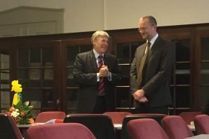 Amtsübergabe: Prof. Rainer Schach (links) übergibt nach neun Jahren die Amtsgeschäfte an den neuen Dekan Prof. Ivo Herle.  Bild: Ulrich van Stipriaan