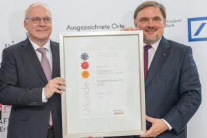 C³ – Carbon Concrete Composite ist nun ein Ort im Land der Ideen. Siegbert Damm (rechts) überreichte die Urkunde an Prof. manfred Curbach. Foto: Ulrich van Stipriaan