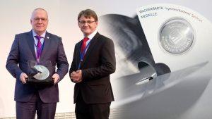 Prof. Manfred Curbach (links im Bild) erhält die Wackerbarth-Medaille von Prof. Dr.-Ing. Hubertus Milke, Präsident der Ingenieurkammer Sachsen