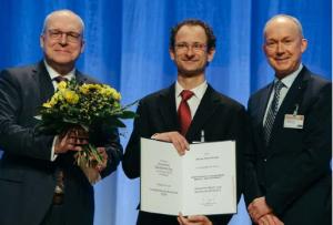 """Der Gewinner des """"Innovationspreis Bautechni k 2019"""", Dipl.-Ing. Michael Frenzel, mit DBV- Vorsitzendem Dr. Jacob (rechts) und Vorsitzendem des Preisgerichts Professor Curbach (links) bei der Preisverleihung am 8. März 2019 in Stuttgart"""