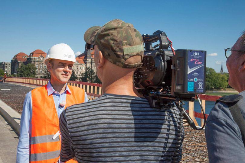 Foto zeigt Prof. Dr.-Ing. Steffen Marx während eines Interviews auf der Carolabrücke in Dresden